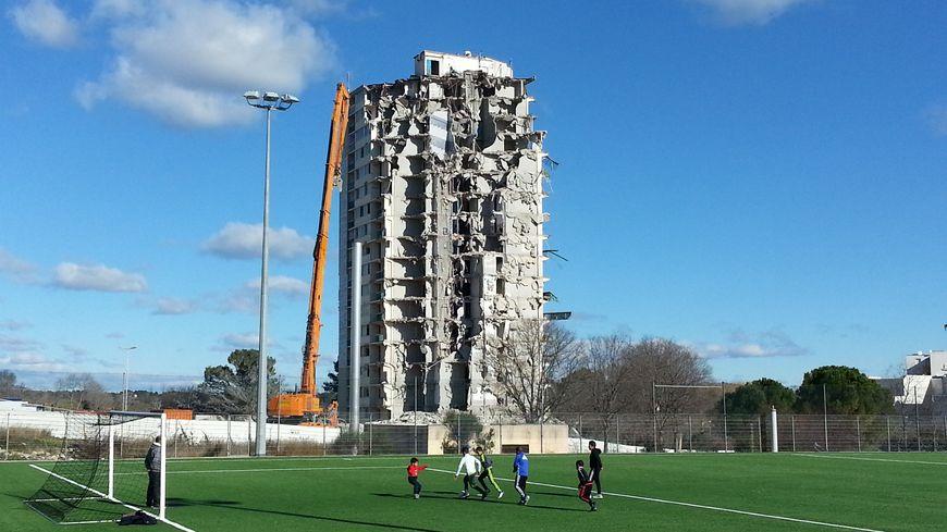 Une grue équipée d'un bras de 53 mètres grignote la tour de 17 étages