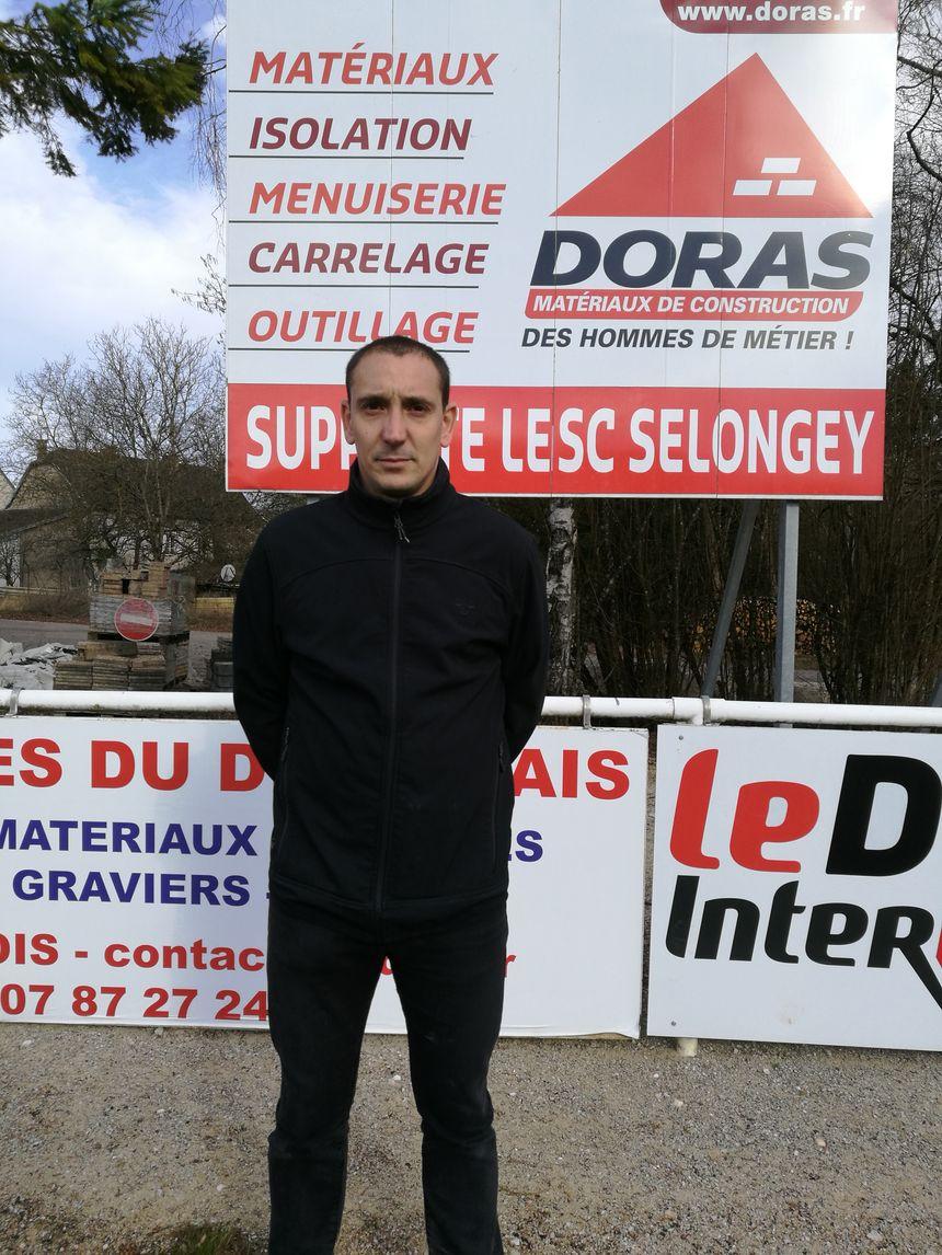 Sébastien Evain, pose exactement au même endroit que Théo lors de sa venue en 2016 à Selongey