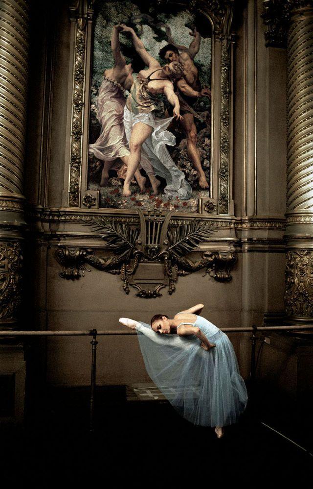 Alexandra Cardinale dans le foyer de la danse avant la représentation de Sérénade de George Balanchine 11/03 Ballet de l'Opéra national  de Paris