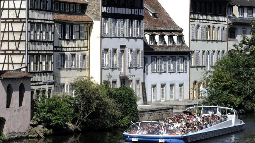 Le collectif Strasbourg respire pointe du doigt les bateaux de Batorama qui polluent autant que les voitures et les poids lourds