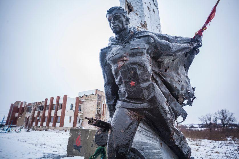 Statue de l'époque soviétique, à Nikishyne, l'un des villages les plus affectés par la guerre dans le  Donbass.