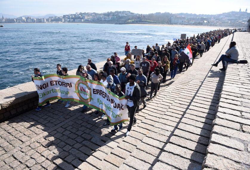 Sur le port de la ville basque de San Sebastian, des manifestants défilent en faveur d'un accueil plus important du nombre des migrants en Europe