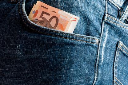 Billets euros dans une poche de jean.