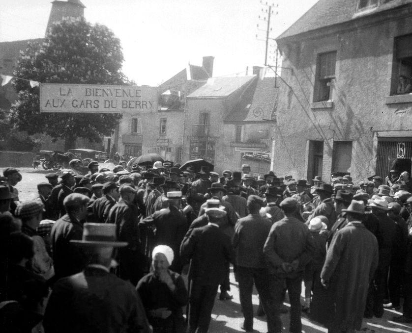 """""""La bienvenue au gars du Berry"""" - France, Auvergne : les 'gars' du Berry défilent dans un village en fête sous une pancarte, 1910"""