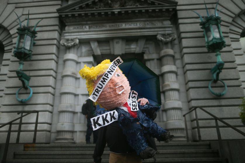 Un protestataire anti-Trump devant la Cour d'Appel fédéral de San Francisco.