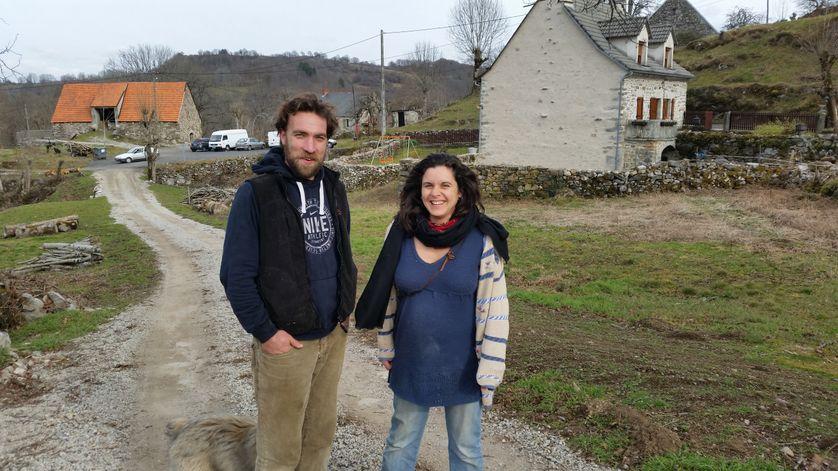 Marina et Ronan, installés depuis 18 mois, dans une ferme du Cantal