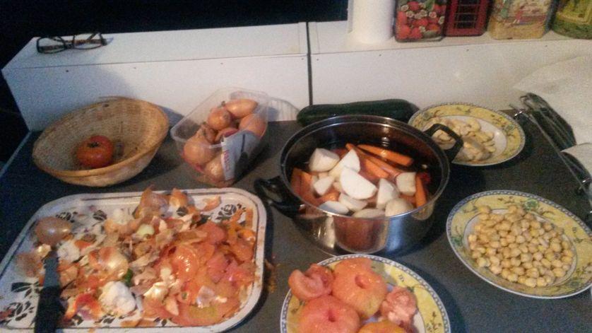 Préparation du couscous en famille