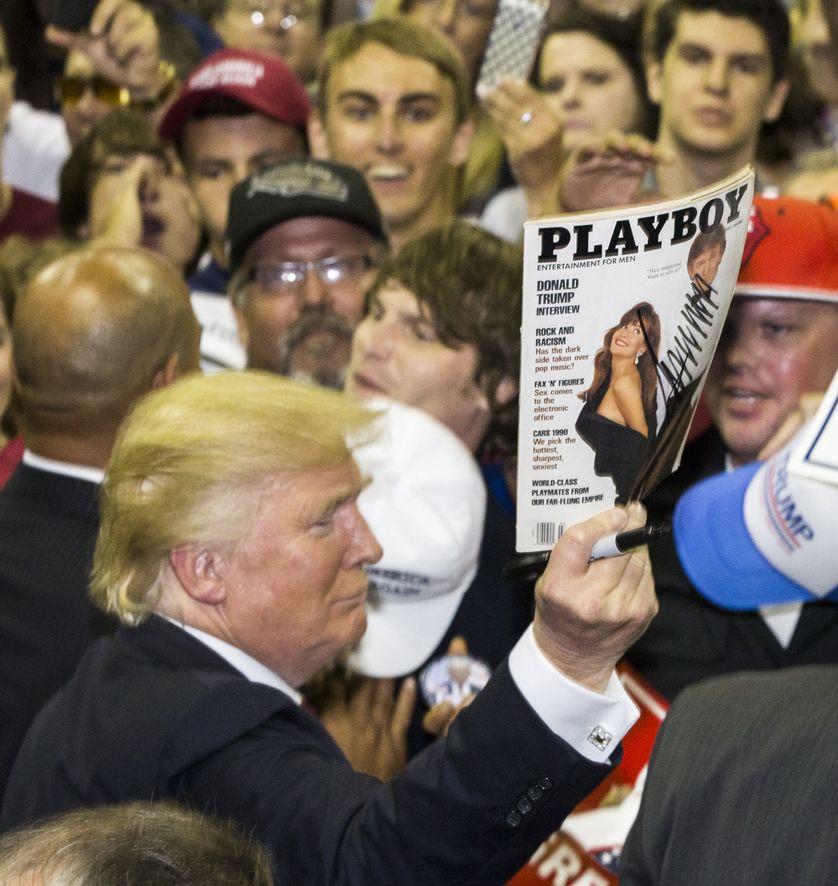 """Le candidat républicain Donald Trump, après avoir signé un autographe sur la couverture d'un magazine """"Playboy"""""""