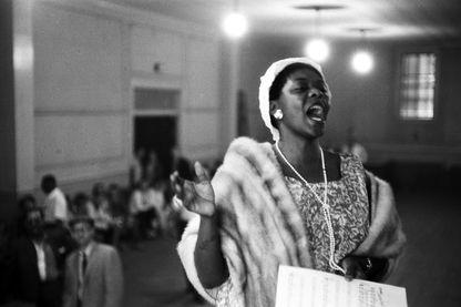 Dinah Washington chantant dans une église, lors du Festival du Jazz à Newport, Rhode Island - 1 juillet 1958
