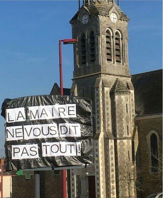 La banderole a été affichée pendant plusieurs heures, en plein coeur de la commune