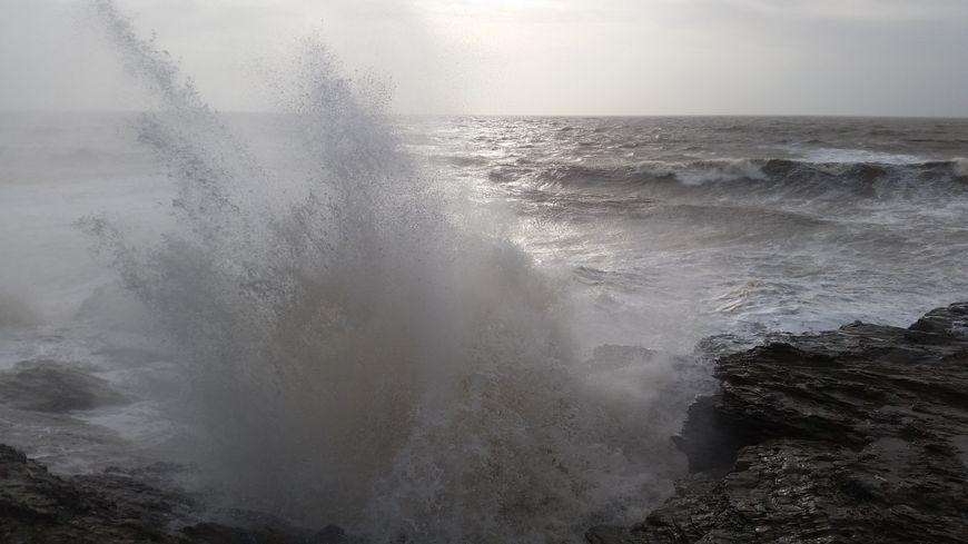 Vent violent et fortes vagues sur le littoral atlantique - illustration