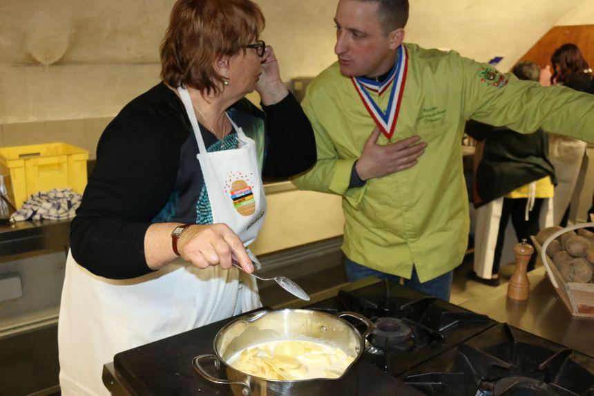 Marie explique la pré-cuisson de ses pommes de terre à Maxime Lafranceschina, Meilleur Ouvrier de France primeurs et membre du jury.