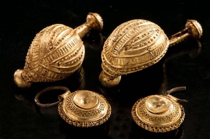 Fibules  plaqué or découvertes et pendentifs .
