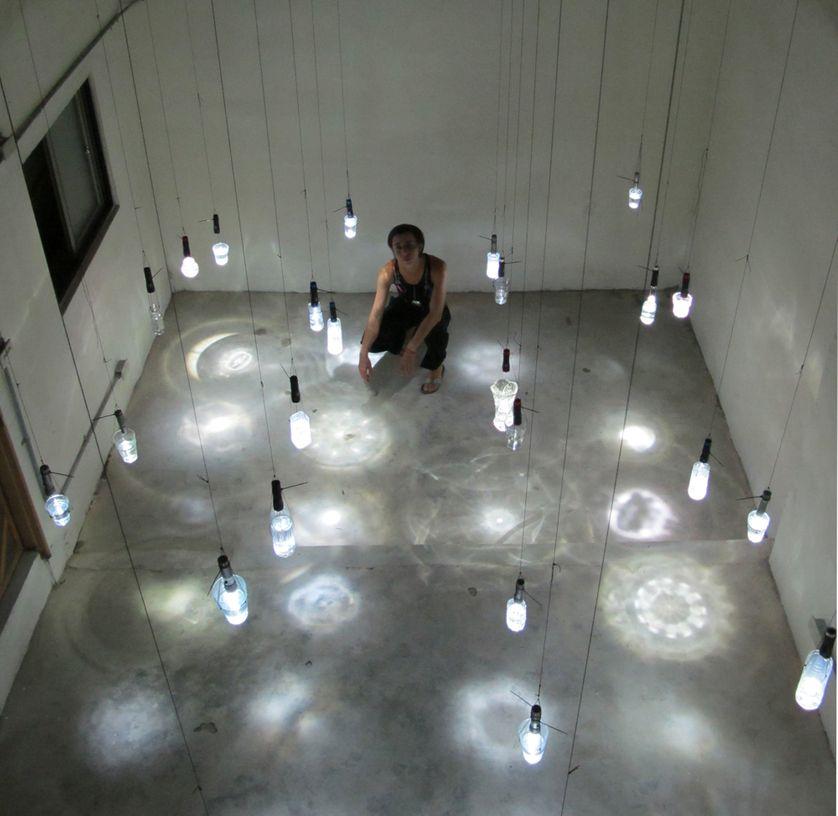 LOW-TECH-LIGHT-SHOW, NSTALLATION LUMINEUSE  Equipement : verres et récipients, lampes câbles. Installation réalisée lors d'une résidence au Taipei Artist Village à Taiwan