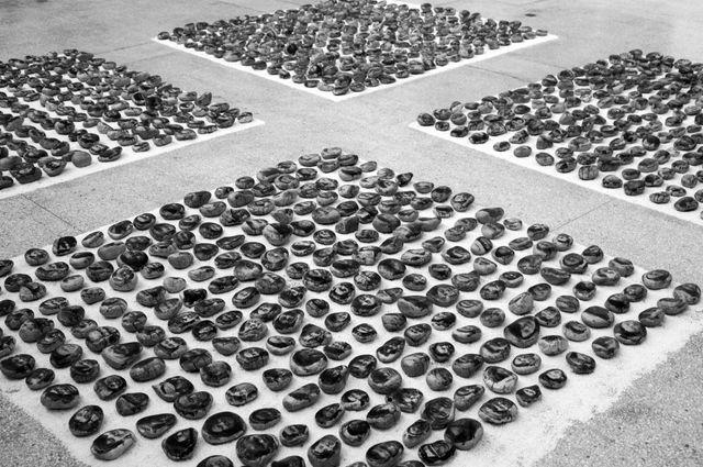 Offrande du mandala, 1995-2009 Ensemble de 1000 portraits de Tibétains Tirage au bromure d'argent émulsionné sur cailloux, village de Shangyuan, Pékin