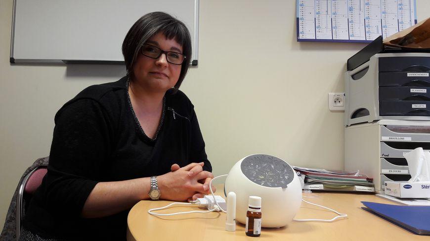 Nathalie Foucher, infirmière au CHU de Poitiers, utilise depuis 5 ans les huiles essentielles pour apaiser les malades du cancer.