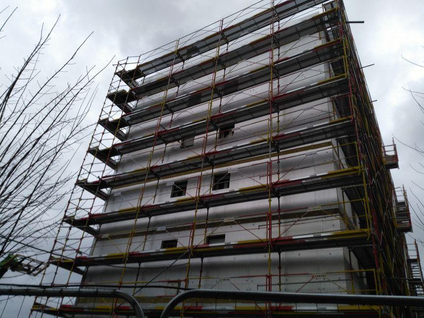 La première grande fresque apparaitra sur le pignon de cet immeuble en réhabilitation