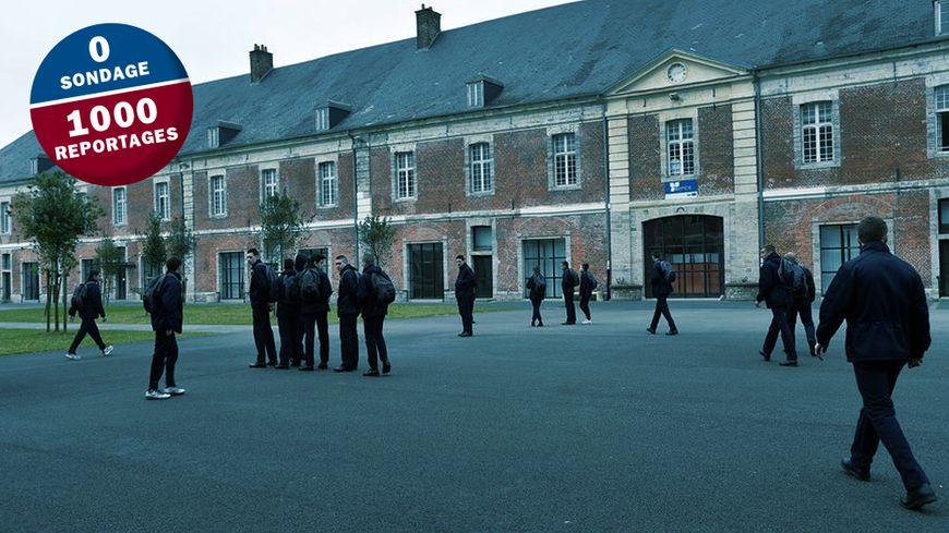 Dans un centre EPIDE, les jeunes sont soumis à des règles strictes : port de l'uniforme, debout à 6 heures, levé du drapeau, chant de la marseillaise