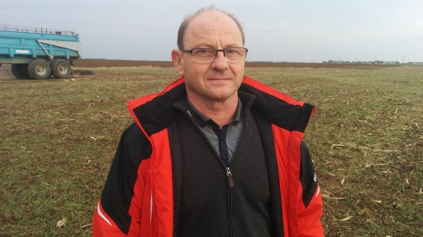Olivier Parou devant ses champs qui ont été inondés en juin dernier.