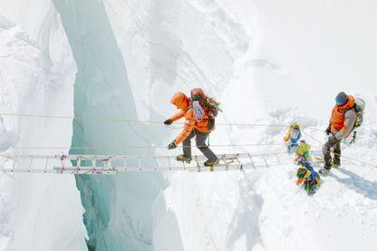 """Image extraite de """"L'Ascension"""" de Ludovic Bernard. L'histoire du film est inspirée par l'ascension réelle de l'Everest qu'a effectué Nadir Dendoune"""
