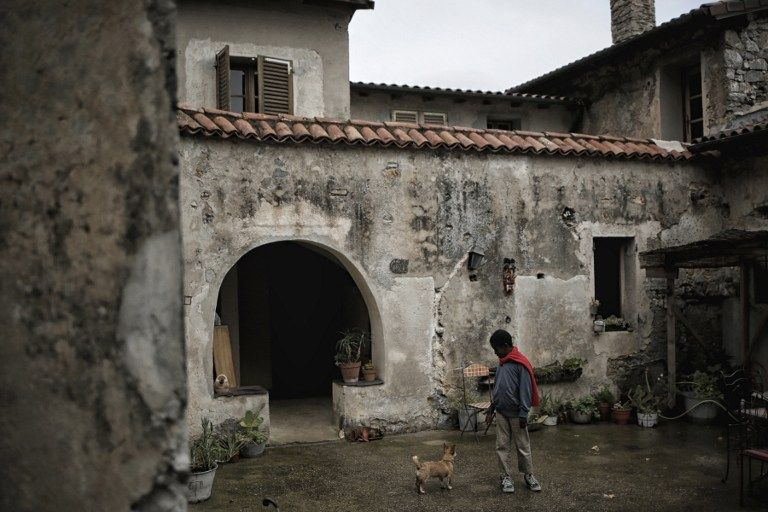 Histoire AFP racontée par Claudine Renaud : un enfant joue dans la cour de Françoise Cotta, une française qui a hébergé en octobre 2016 à Breil-sur-Roya des migrants arrivés illégalement d'Italie