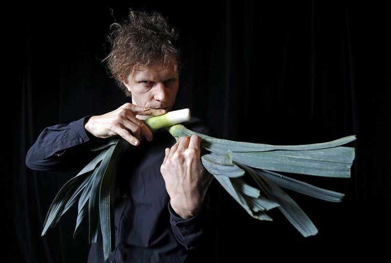 Le musicien Matthias Meinharter du Vegetable Orchestra pose avec un instrument fabriqué en poireaux