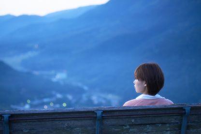 Jeune femme seule sur un banc en Asie