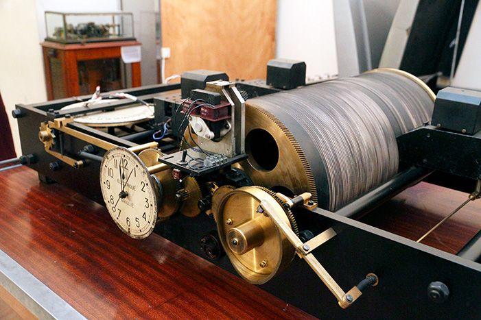 La première horloge parlante. Le cylindre central a trois bandes : la première pour les heures, la seconde pour les minutes, la troisième pour les secondes.