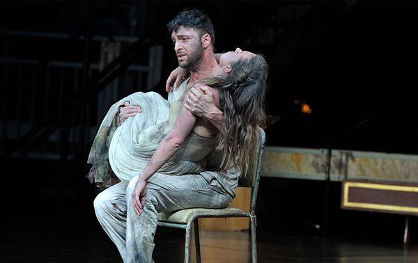 Euridice dans les bras d'Orfeo, dans une mise en scène de Michael Boyd, au Royal Opera de Londres (2015). Sombre présage que le choix de ce mythe par Monteverdi, car l'achèvement de l'Orfeo coïncide, en 1607, avec la mort de sa femme Claudia.