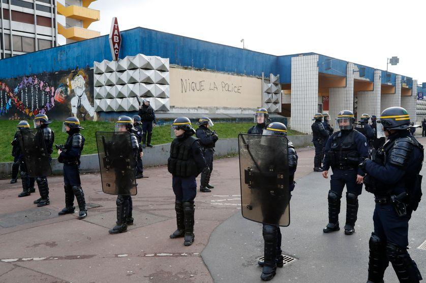 Des policiers encadrent une manifestation de soutien à Théo à Aulnay-sous-Bois (06/02/17)