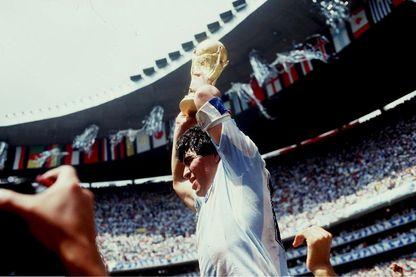 Victoire de l'Argentine sur l'Allemagne de l'Ouest lors de la Coupe du Monde de Football en 1986. Diego Maradona tient le Ballon d'Or