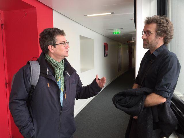 Dominique Sagot-Duvauroux et Olivier Culmann poursuivent leur échange à la sortie du studio...