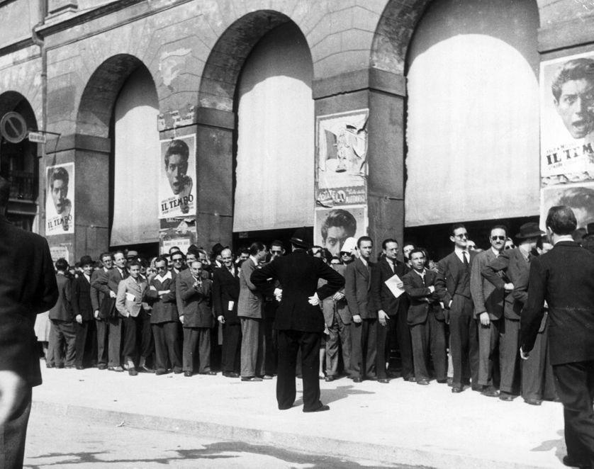 Une file d'attente devant le théâtre de la Scala à Milan en 1946