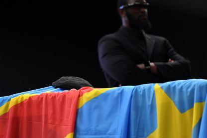 Le béret du chef de l'opposition de la République démocratique du Congo, Etienne Tshisekedi, repose sur son cercueil. Une veillée funéraire de trois jours, en son honneur, a commencé à Bruxelles le jour de sa mort, le 3 février 2017