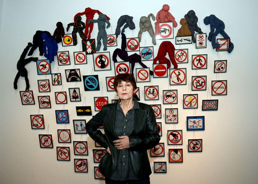 Annette Messager devant son installation 'Les Interdictions en 2014', à Düsseldorf le 26 septembre 2014