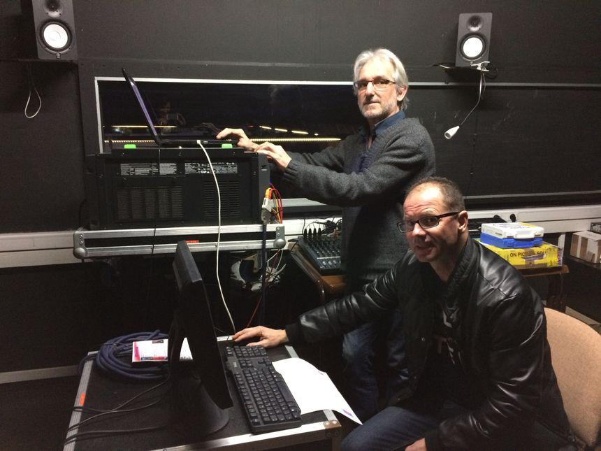 Yves, projectionniste et Bruno Petit, vice-président de l'association Panoramic, dans la salle de projection à Saint-Julien-du-Sault.