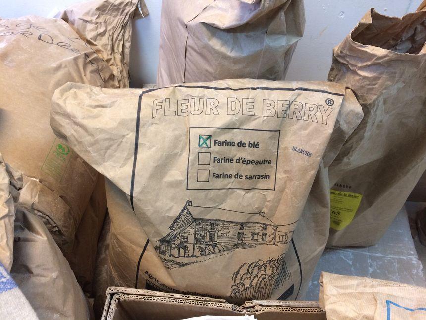 Geert et Heidi Dhaenens livrent chaque semaine des sacs de farine à Thierry Delâbre à Paris.