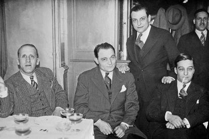 Simon Sabiani (gauche), Paul Bonnaventure Carbone (centre) et François Spirito (debout, mains sur l'épaule) à Marseille en 1934