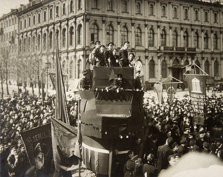 Révolution russe de 1917 : manifestation de marins en 1917 à Petrograd.