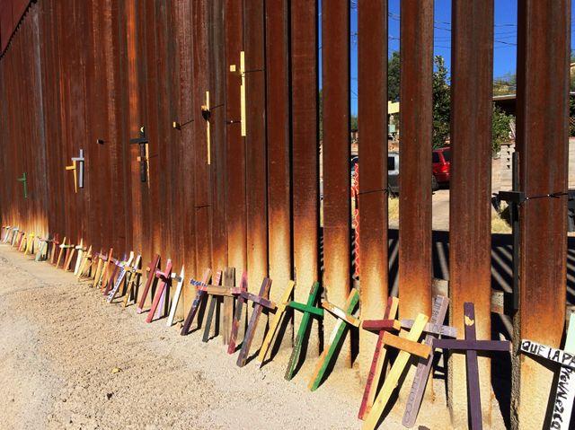 Des croix le long de la frontière coté mexicain à Nogales en l'honneur des morts dans le désert en tentant de traverser.