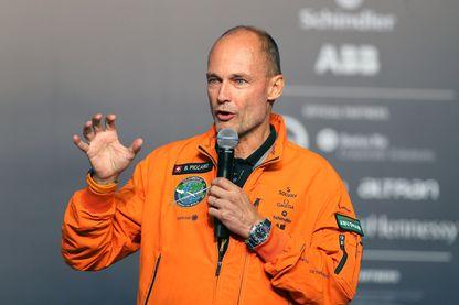 Bertrand Piccard lors de la conférence de presse après l'atterrissage de Solar Impulse