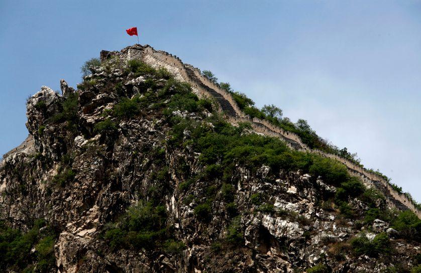 Drapeau de la République Populaire sur une portion de la Grande Muraille de Chine à Luanling, district de Huairou.