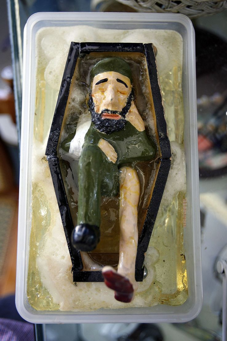 Figurine céramique de Fidel Castro flottant mort dans un cercueil noir dans un magasin cubain de Little Havana 07 août 2006 à Miami