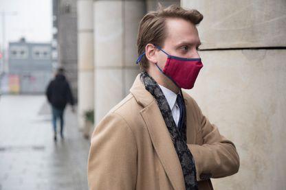 Un homme porte un masque anti-smog à Varsovie le 17 février 2017