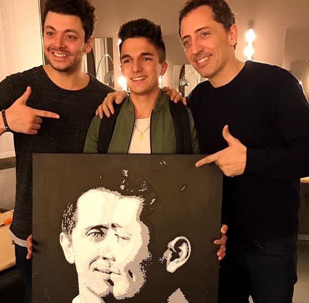 """Il y a six mois, Benjamin rencontre ses stars préférées pour leur remettre son dessin à Toulouse lors du spectacle """"Tout est possible"""" de Kev Adams et Gad Elmaleh."""