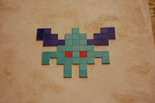 L'un des Space Invaders « PA_553 » à l'angle des 72 bis et 72 ter rue des Martyrs à Paris