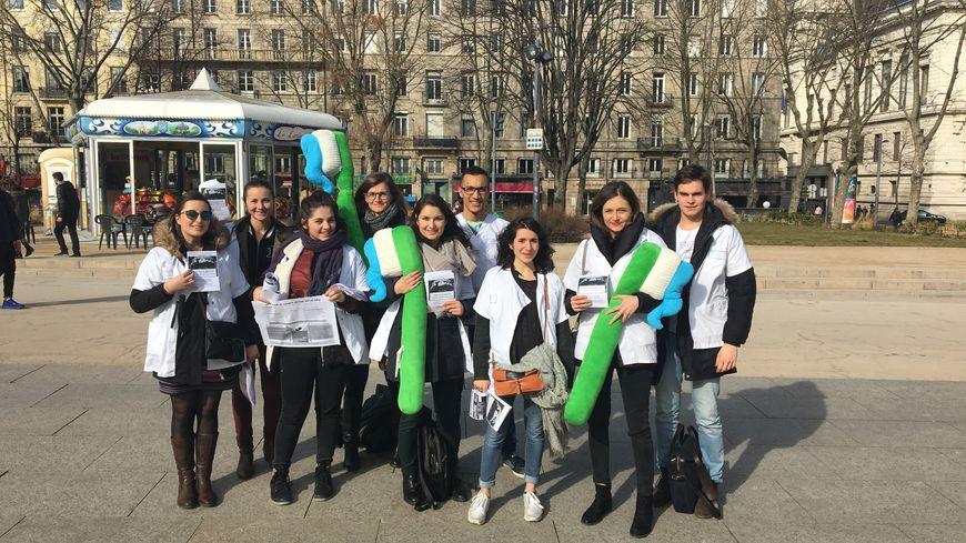 9 étudiants dentistes se sont retrouvés Place Jean-Jaurès à Saint-Etienne mercredi 15 février.