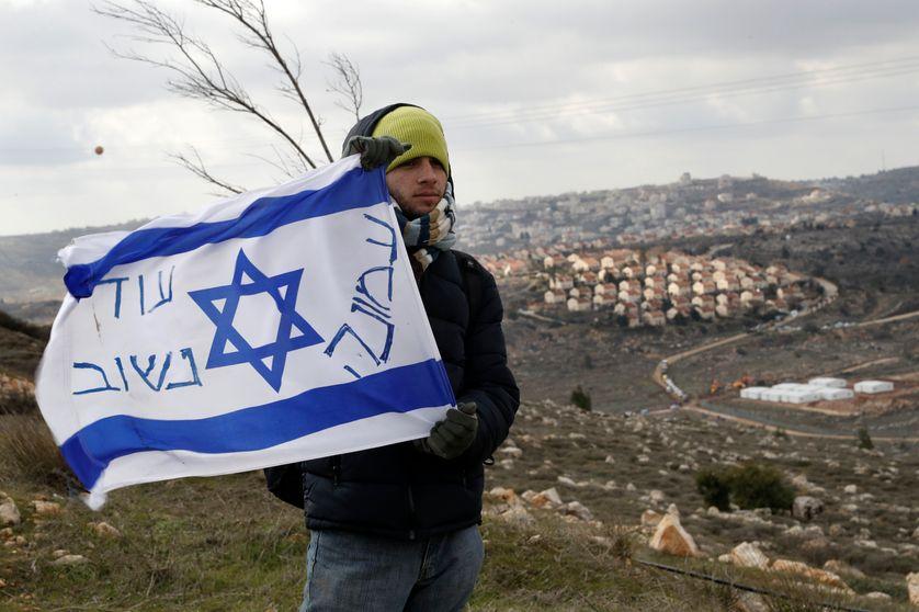 Un colon manifeste à Amona, au nord est de Ramallah, alors que des implantations allaient être détruites le 1er février dernier