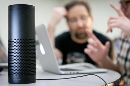 """""""Amazon Echo"""", une enceinte intelligente en forme de cylindre branchée. Ses sept micros vous permettront d'être entendu de n'importe où dans la maison et d'interagir avec l'appareil dès que vous prononcez le mot magique : """"Alexa"""""""