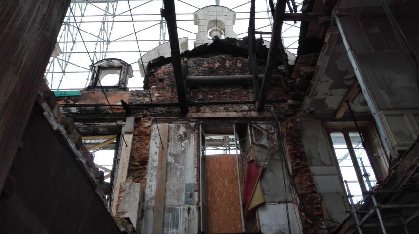 L'incendie s'est déclaré dans la nuit du 4 au 5 mars 2016 et a ravagé une grande partie du château